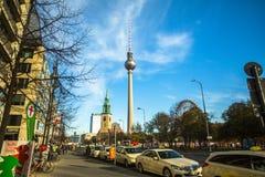 Sikten av det Berlin TVtornet (Fernsehturm) är ett televisiontorn i centrala Berlin Arkivbilder
