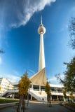 Sikten av det Berlin TVtornet (Fernsehturm) är ett televisiontorn i centrala Berlin Royaltyfria Bilder