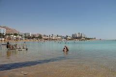 Sikten av det döda havet, blått gör klar salta vatten och vit royaltyfri bild