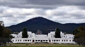 Sikten av det gamla parlamenthuset den nationella krigminnesmärken och Mten Ainslie arkivfoto