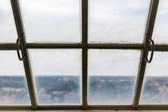 Sikten av det gammalt smutsar ner det frostade taköverkantfönstret Arkivfoton