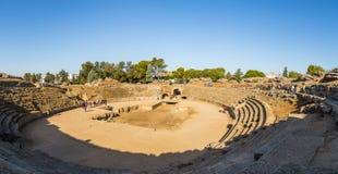 Sikten av det historiskt fördärvar av Roman Amphiteater av Merida Arkivfoto