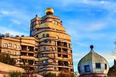 Sikten av det Hundertwasser huset i Darmstadt, Tyskland Royaltyfri Bild