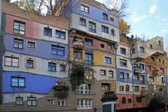 Sikten av det Hundertwasser huset i Wien Royaltyfria Bilder