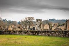Sikten av det kyrkliga tornet i fördärvar av byn Royaltyfria Bilder