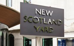 Sikten av det roterande tecknet utanför nya Scotland Yard i London, UK Arkivbild