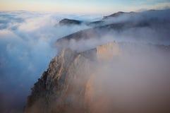 Sikten av dimmiga dimmaberg - vagga med sörjer trädet Royaltyfri Bild