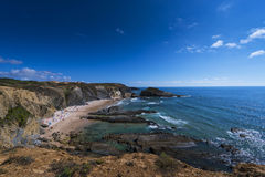 Sikten av DOS Alteirinhos för Alteirinhos strandPraia nära Zambujeira fördärvar i Odemira, Alentejo, Portugal; Arkivfoto