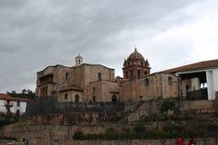 Sikten av en domkyrka av en inca fördärvar överst i Cuzco royaltyfri fotografi