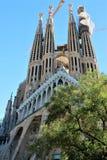 Sikten av en av fasaderna av La Sagrada Familia, Barcelona, från sidan av parkerar royaltyfria foton