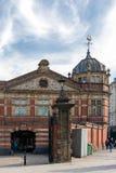 Sikten av en gammal byggnad som konverteras in i, shoppar i Bristol p? Maj 13, 2019 Oidentifierat folk arkivbilder