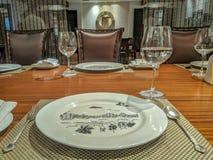 Sikten av en lyxig äta middag tabell ställde in på en restaurang med silverskeden, fint arkivbild
