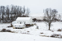 Sikten av en snö täckte lantgården, nära Jefferson, Pennsylvania Royaltyfria Bilder