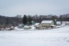 Sikten av en snö täckte lantgården nära ny frihet, Pennsylvania Arkivbild