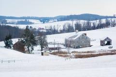 Sikten av en snö täckte lantgården och Rolling Hills, nära Shrewsbury, Royaltyfria Bilder