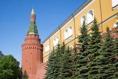 Sikten av fästningväggen och tränga någon arsenaltornet av MoskvaKreml på en solig vårdag royaltyfria bilder