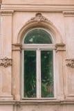 Sikten av fönstret med gröna växter av den gamla gotiska byggnaden Arkivbilder