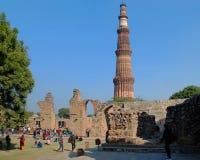 Sikten av fördärvar av den historiska komplexa Qutuben Minar Arkivbilder