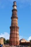 Sikten av fördärvar av den historiska komplexa Qutuben Minar Royaltyfri Bild