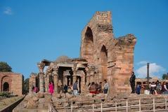 Sikten av fördärvar av Qutuben Minar Arkivbild