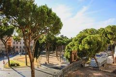 Sikten av fördärvar av en forntida byggnad och en parkera till och med arkivbilder