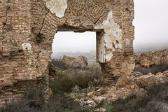 Sikten av fördärvar och byggnader i en by Arkivfoton