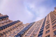 Sikten av fasaden av mång--lägenheten staden färgade huset och bl Royaltyfri Foto