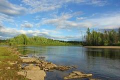Sikten av floden Ungru, i sommaren vädret är bra Fotografering för Bildbyråer
