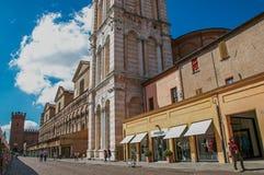 Sikten av folk och shoppar, förutom klockatornet av den Ferrara domkyrkan Royaltyfri Fotografi