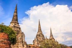 Sikten av forntida pagoder för asiatisk religiös arkitektur i Wat Phra Sri Sanphet Historical parkerar, det Ayuthaya landskapet,  Royaltyfri Fotografi