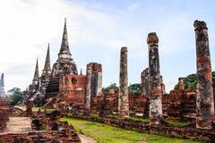 Sikten av forntida pagoder för asiatisk religiös arkitektur i Wat Phra Sri Sanphet Historical parkerar, det Ayuthaya landskapet,  Royaltyfri Bild