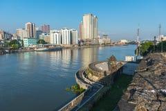 Sikten av fortSantiago och byggnader längs den Pasay floden Arkivbild