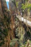Sikten av går väg caminito del rey mellan klipporna royaltyfri fotografi