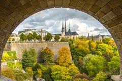 Sikten av Gelle Fra och Notre Dame Cathedral från Adolphe överbryggar I royaltyfri foto