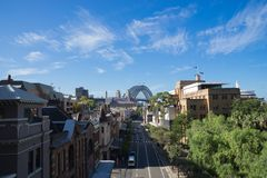 Sikten av George Street i vaggar, det historiska området av Sydney, hamnbron i bakgrunden Australien: 30/03/18 Arkivbilder