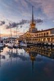 Sikten av hamnen och de storartade byggnaderna av den marin- stationen av Sochi i sommar på solnedgången Ryssland royaltyfri foto