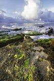 Sikten av havet med vaggar i förgrunden royaltyfri fotografi