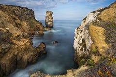 Sikten av havet och vaggar i Peniche Arkivbild