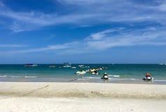 Sikten av havet som är många strålen, skidar på en sandstrand royaltyfria foton