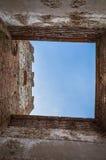 Sikten av himlen från ett Crenellated torn av den forntida italienaren Walled staden av Soave i det Verona området Royaltyfria Foton