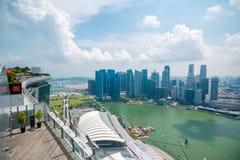 Sikten av horisont för området för den centrala affären från himmel parkerar observationsdäcket på Marina Bay Sands Hotel royaltyfri foto