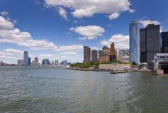 Sikten av horisonten av batteriet parkerar område i Manhattan, New York City royaltyfri fotografi