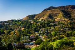Sikten av hus och kullar i Hollywood från kanjon sjön kör in arkivbild