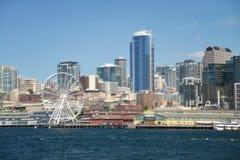 Sikten av i stadens centrum Seattle med stort rullar in förgrund Arkivfoton
