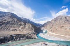 Sikten av Indus River i Leh, Ladakh, Indien Induset River ?r en av de l?ngsta floderna i Asien royaltyfria bilder