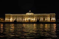 Sikten av institutet av målning, skulptur och arkitektur Invallningen av den Neva floden, St Petersburg Augusti 2 Royaltyfri Foto