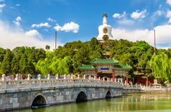 Sikten av Jade Island med den vita pagoden i Beihai parkerar - Peking Arkivfoton