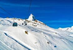 Sikten av kabelbilar till snön täckte det Klein Matterhorn maximumet Sta Royaltyfri Bild
