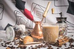 Sikten av kaffeuppsättningen på dagen av St-valentin Royaltyfria Bilder