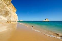 Sikten av kalkstenklippor av de tre slottarna sätter på land i Portimao, området Faro, Algarve, sydliga Portugal royaltyfri bild